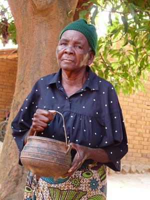 P56992; Mrs Ruth Manda Jazinandi (Madam Manda) with her cooking pot