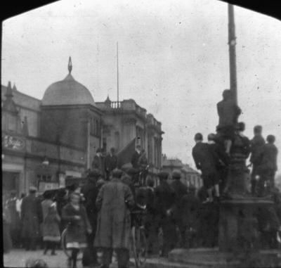 """P16661; Crowd around """"Julian"""" the tank at Grangemouth"""