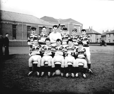 P33141; School football team, Graeme High School