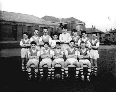 P33142; School football team, Graeme High School