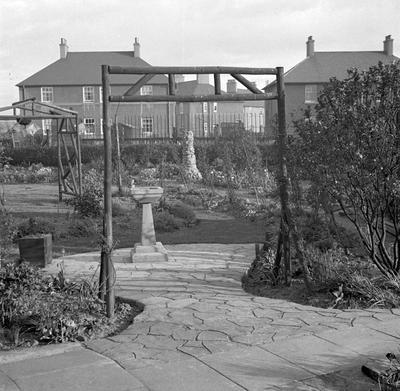 P37795; Pergola, garden, Jackson Avenue, Grangemouth