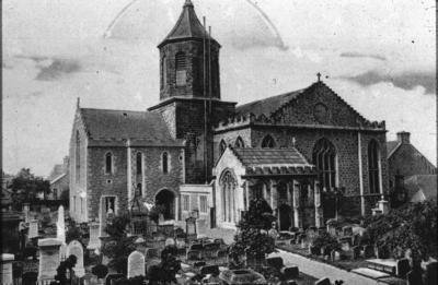 P17072; Falkirk Parish Church and graveyard.