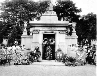 P43571; Groesbeck Mausoleum after the burial  of Capt James Fitz Morris, Cincinnati, USA