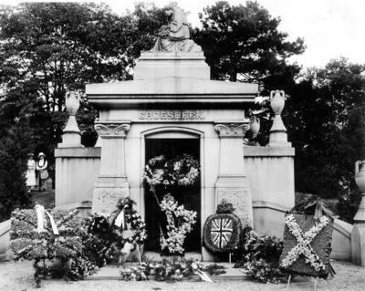 P43572; Groesbeck Mausoleum after the burial  of Capt James Fitz Morris, Cincinnati, USA