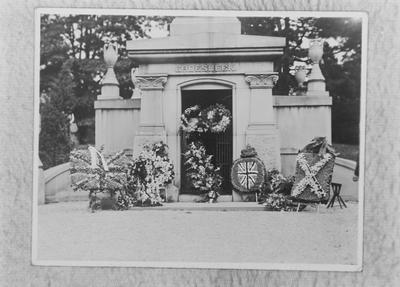 P43574; Groesbeck Mausoleum after the burial  of Capt James Fitz Morris, Cincinnati, USA