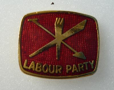 "2001-018-011; badge; ""Labour Party"""