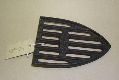 1989-087-001/002; stand; sad iron