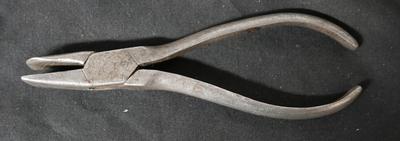 1977-033-036; pliers; flat nose