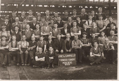 P19112; Moulders in Torwood Foundry
