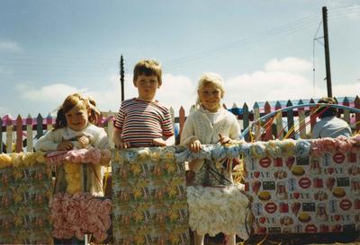 P45937; Children on California Gala Float
